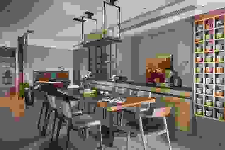 餐廳使用類似蠟燭造型的吊燈更顯氣氛情調 根據 宸域空間設計有限公司 現代風