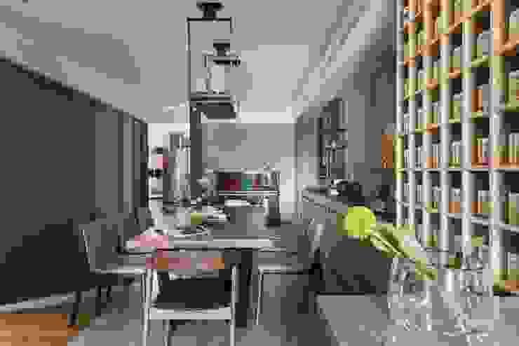 從廚房望出餐廳的視角 根據 宸域空間設計有限公司 現代風