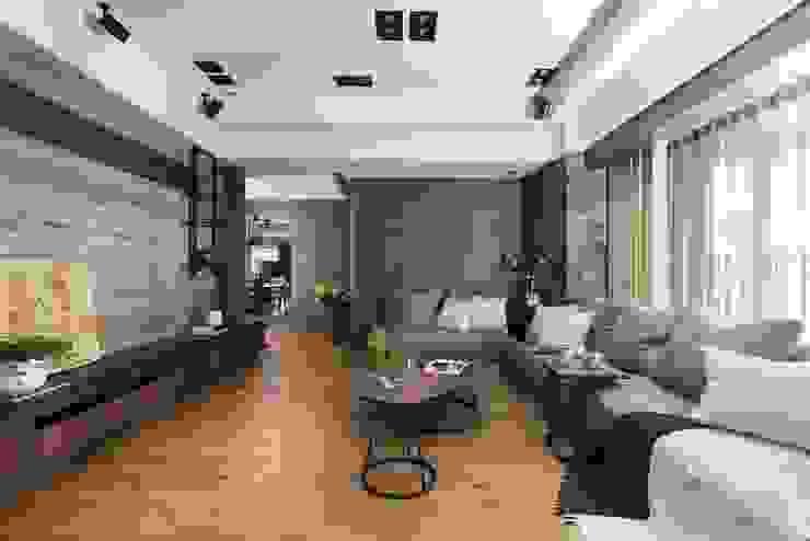 灰色的L型沙發與背牆相互喝應 现代客厅設計點子、靈感 & 圖片 根據 宸域空間設計有限公司 現代風