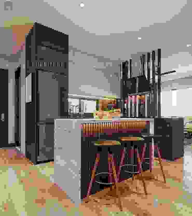 Phòng bếp khá sang chảnh khi có thêm thiết kế quầy bar nhỏ Công ty TNHH Nội Thất Mạnh Hệ Phòng ăn phong cách hiện đại Wood effect