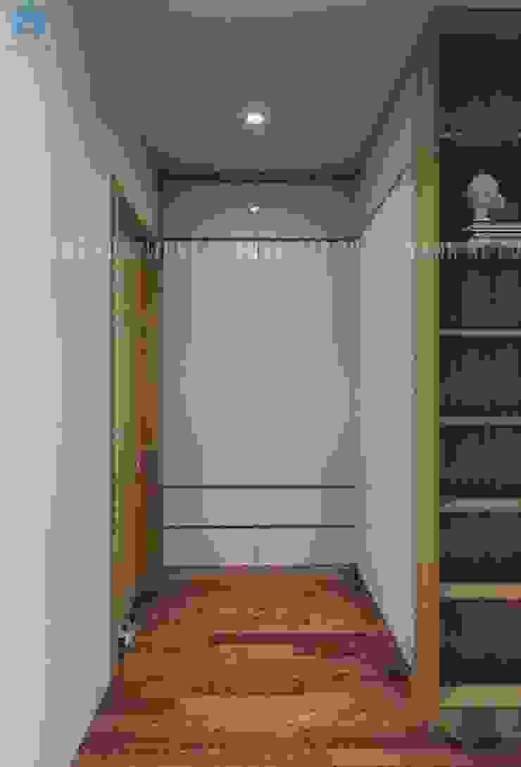 Tủ đồ gỗ công nghiệp màu trắng với nhiều ngăn nhỏ và lớn Phòng ngủ phong cách hiện đại bởi Công ty TNHH Nội Thất Mạnh Hệ Hiện đại