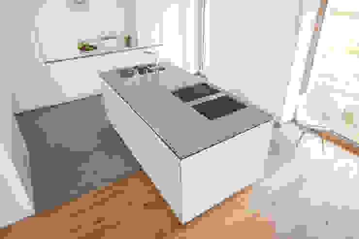 Weiße Küche mit Edelstahl Arbeitsplatte von Neue Räume GmbH ...