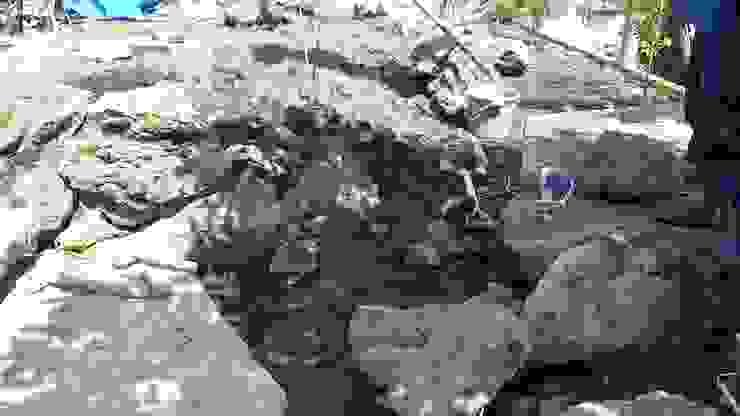 石積み施工中 の 庭や煌久