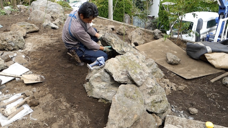 小さな洞窟を施工中 の 庭や煌久