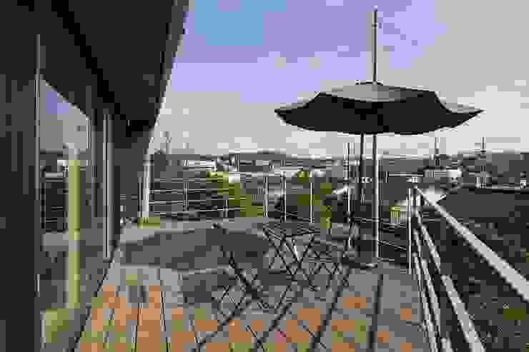 Balcones y terrazas de estilo moderno de 株式会社横山浩介建築設計事務所 Moderno