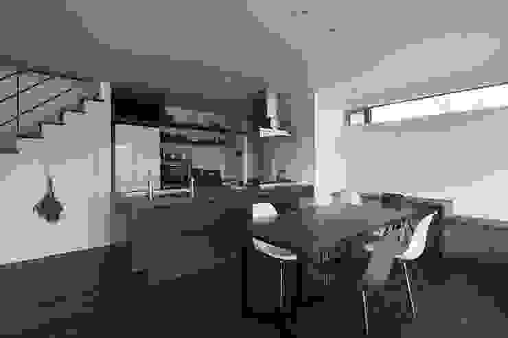 Cocinas de estilo moderno de 株式会社横山浩介建築設計事務所 Moderno