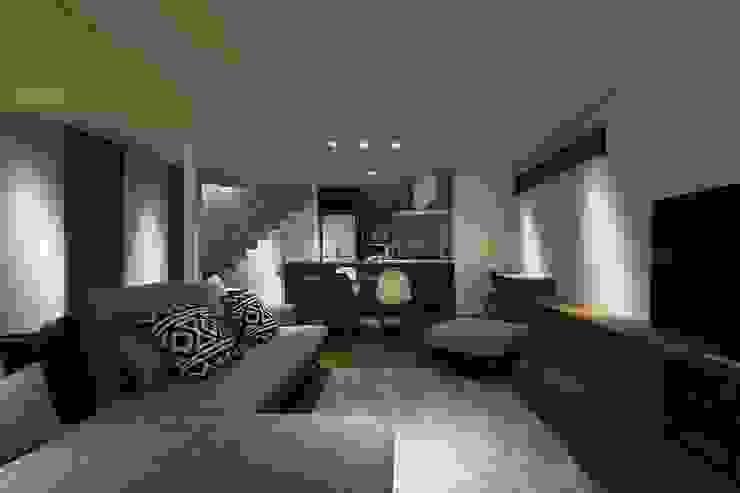 Salas de estilo moderno de 株式会社横山浩介建築設計事務所 Moderno