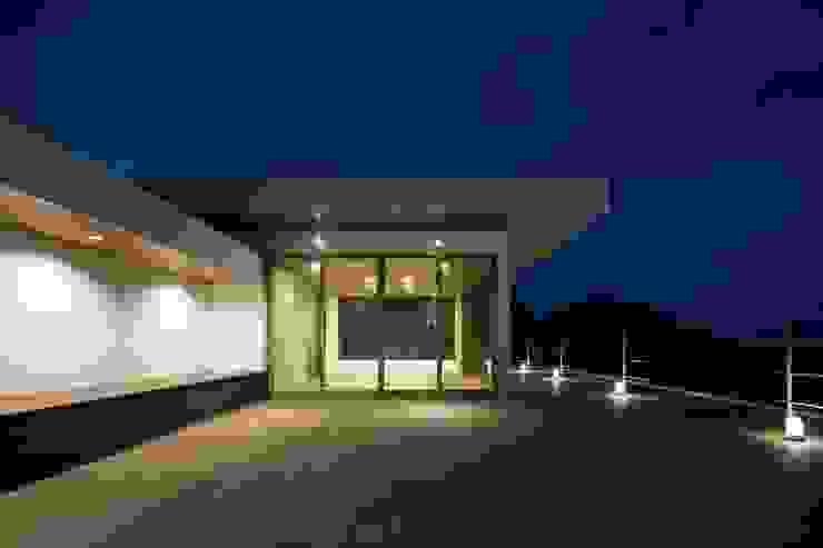 Balkon, Beranda & Teras Modern Oleh 株式会社横山浩介建築設計事務所 Modern