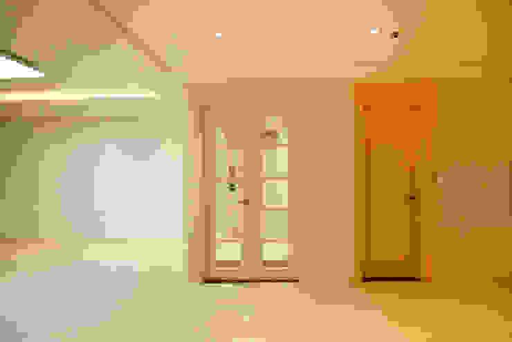 광장동 워커힐팰리스 40py 현관 모던스타일 복도, 현관 & 계단 by Design Daroom 디자인다룸 모던