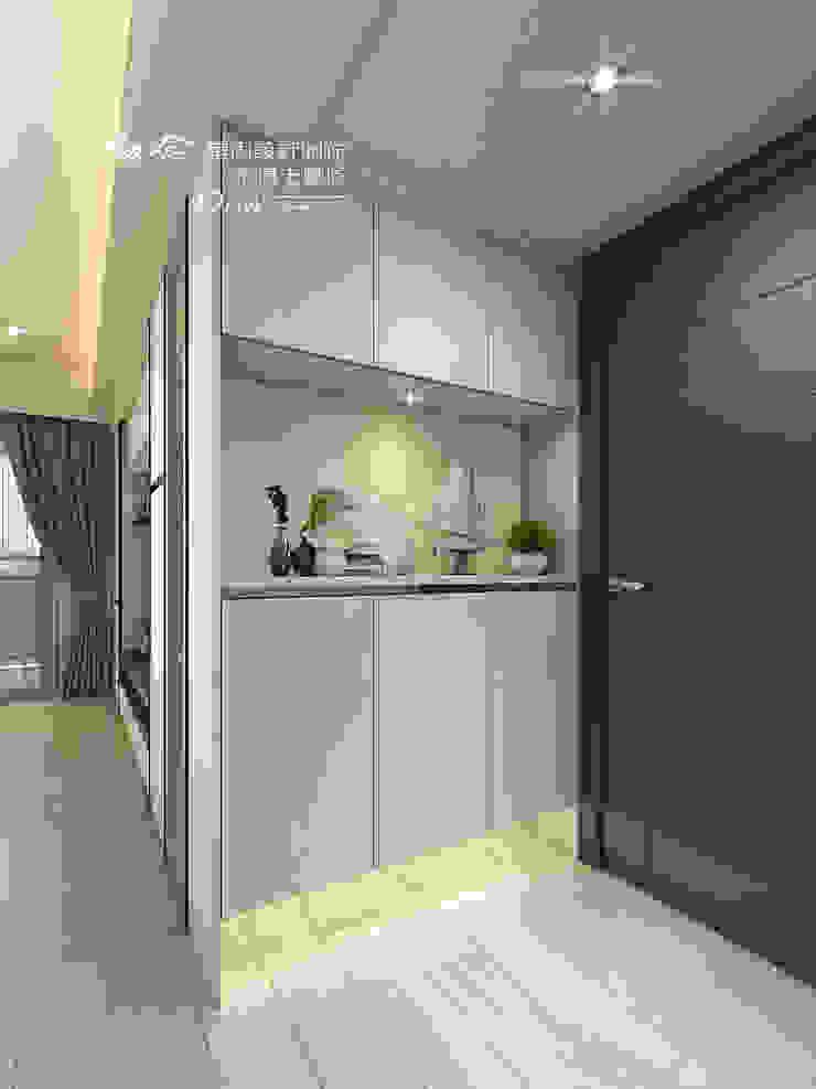 玄關/歐式系統傢俱/系統收納櫃 現代風玄關、走廊與階梯 根據 木博士團隊/動念室內設計制作 現代風