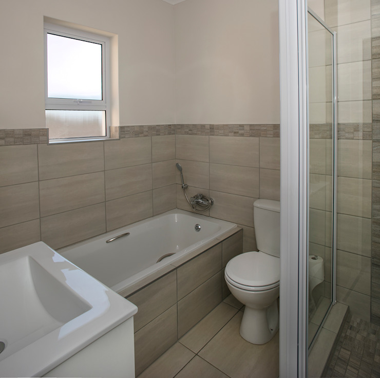 Shared Full Bathroom Modern bathroom by Spegash Interiors Modern
