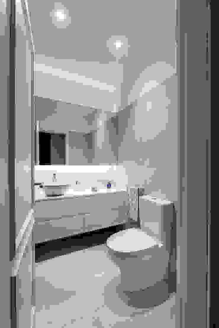 Baños de estilo moderno de MOBEC Moderno
