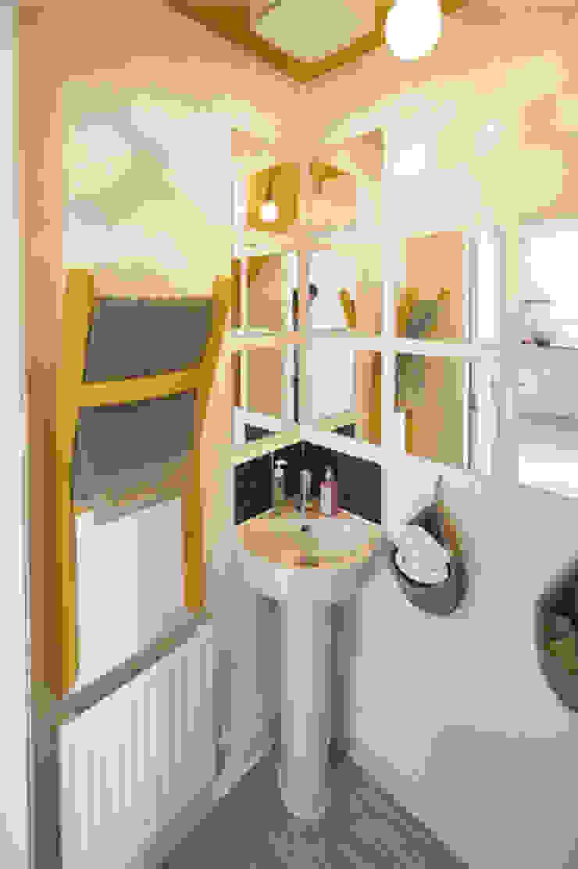 The Yellow Room Moderne Badezimmer von Aorta the heart of art Modern