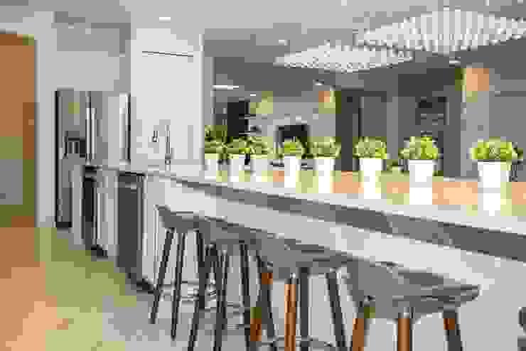 Flávia Gueiros Modern kitchen Marble Grey