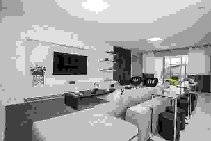 Flávia Gueiros Modern living room Grey