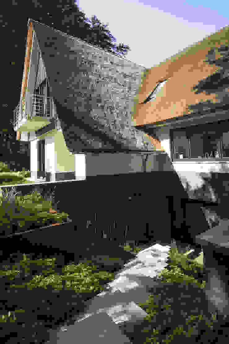 Forest garden – The long floating line.. Minimalist style garden by Andredw van Egmond | designing garden and landscape Minimalist