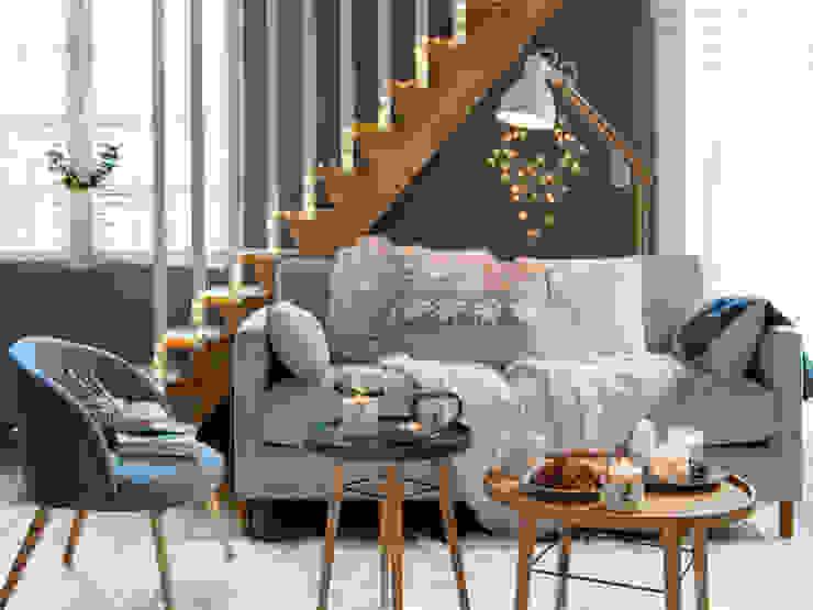 Salón decorado con adornos navideños de la colección Nordik Winter homify Salas/RecibidoresAccesorios y decoración Beige