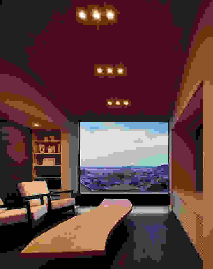 リビング(夕景) 和風デザインの リビング の 松岡淳建築設計事務所 和風