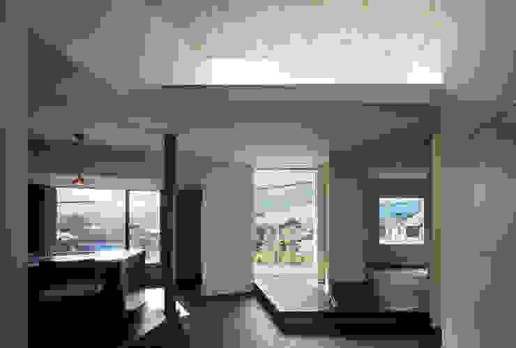 リビングからバルコニーを見る 和風の キッチン の 松岡淳建築設計事務所 和風