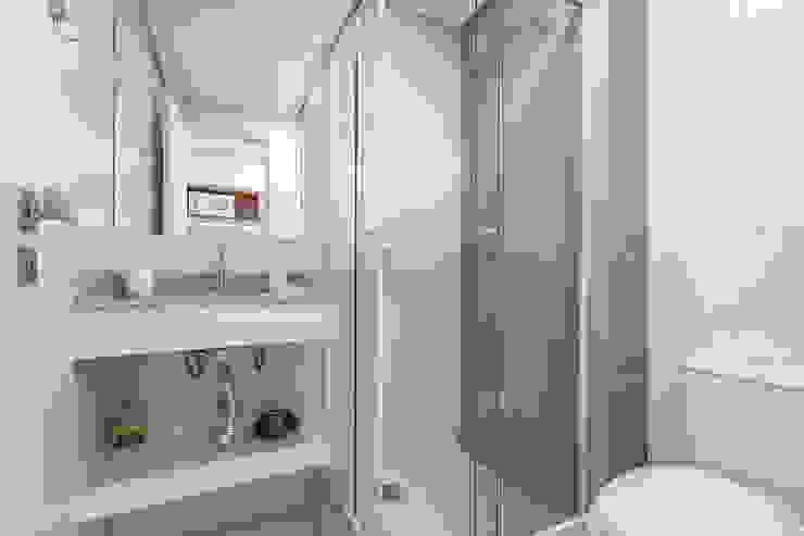 Studio Banheiros minimalistas por Samantha Sato Designer de Interiores Minimalista
