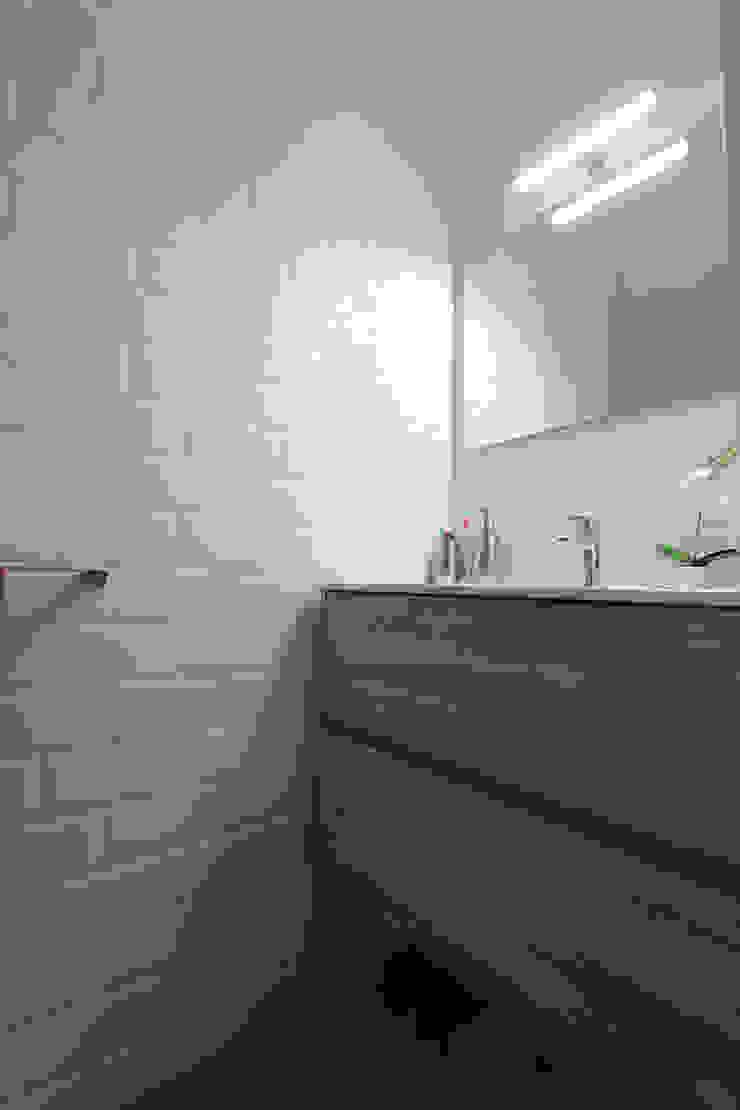 AMPLIACIÓN DE BUNGALOW Baños de estilo moderno de Novodeco Moderno