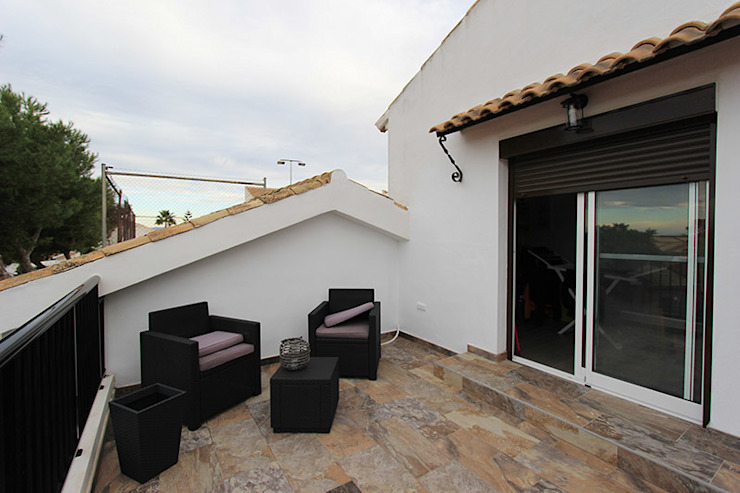 AMPLIACIÓN DE BUNGALOW Balcones y terrazas de estilo moderno de Novodeco Moderno