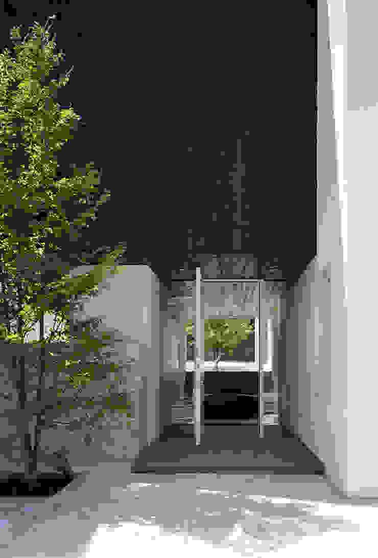 ファサード(来客用玄関) モダンな 家 の 松岡淳建築設計事務所 モダン
