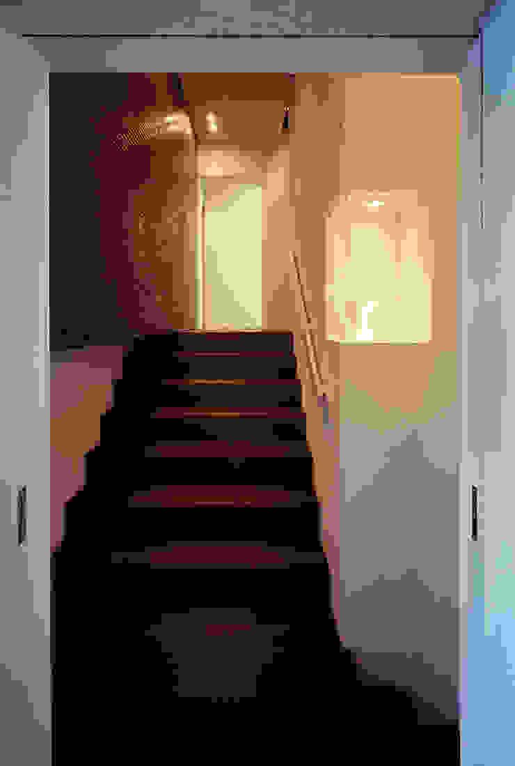 廊下 モダンスタイルの 玄関&廊下&階段 の 松岡淳建築設計事務所 モダン