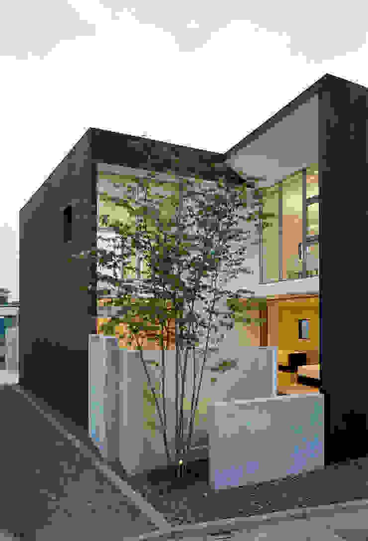 ファサード(夕景) モダンな 家 の 松岡淳建築設計事務所 モダン