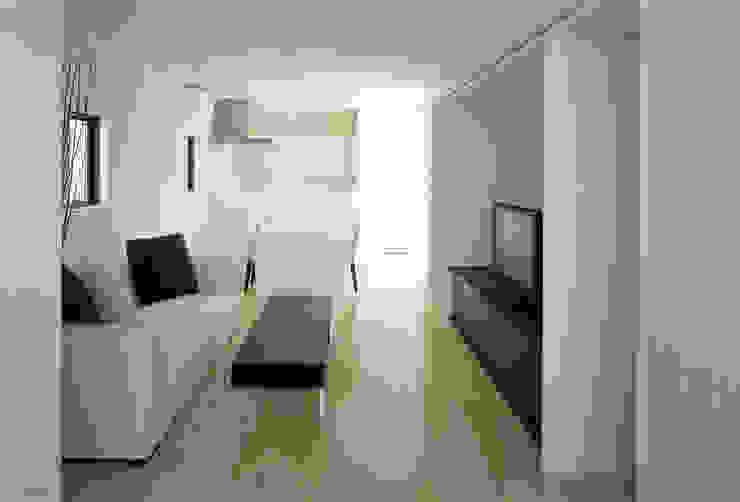 リビングからキッチンを見る モダンデザインの リビング の 松岡淳建築設計事務所 モダン