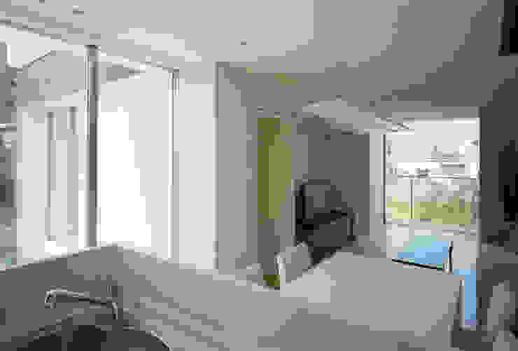 キッチンからリビングを見る モダンな キッチン の 松岡淳建築設計事務所 モダン