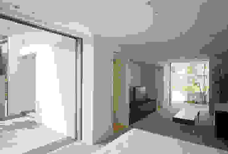 主寝室(セカンドリビング) モダンスタイルの寝室 の 松岡淳建築設計事務所 モダン