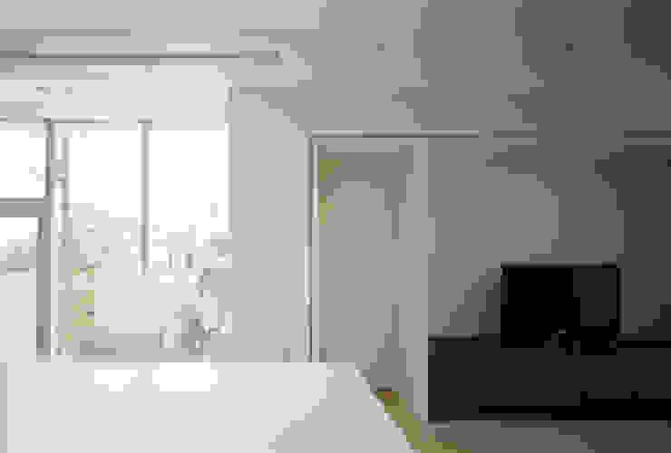 Ruang Keluarga Modern Oleh 松岡淳建築設計事務所 Modern