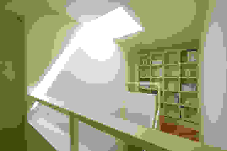 階段 の 松岡淳建築設計事務所 モダン