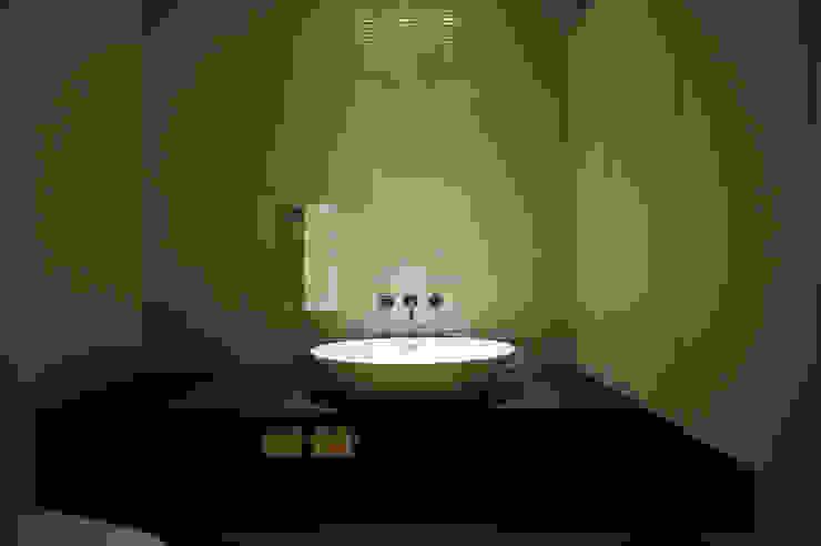 洗面所 モダンスタイルの お風呂 の 松岡淳建築設計事務所 モダン
