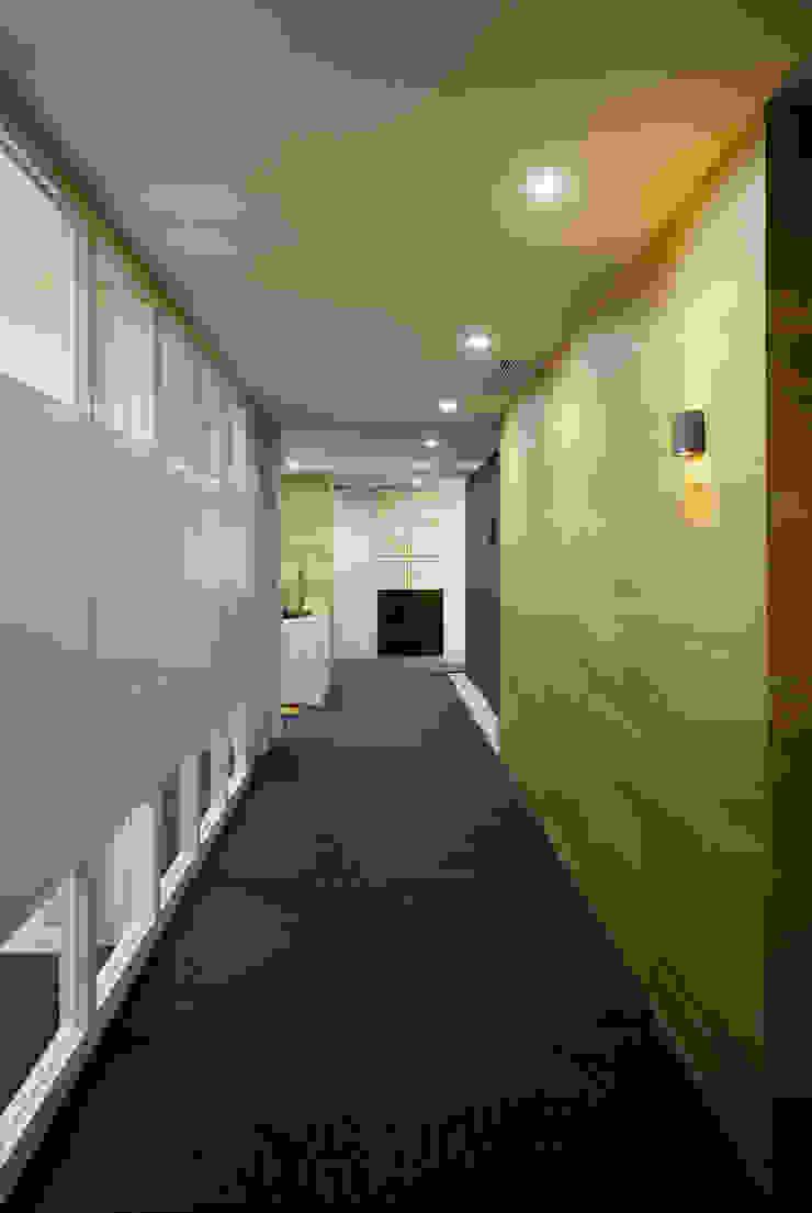 廊下からエントランスを見る オリジナルスタイルの 玄関&廊下&階段 の 松岡淳建築設計事務所 オリジナル
