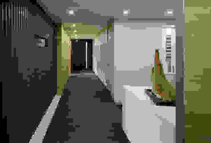 エントランスから大会議室を見る オリジナルスタイルの 玄関&廊下&階段 の 松岡淳建築設計事務所 オリジナル
