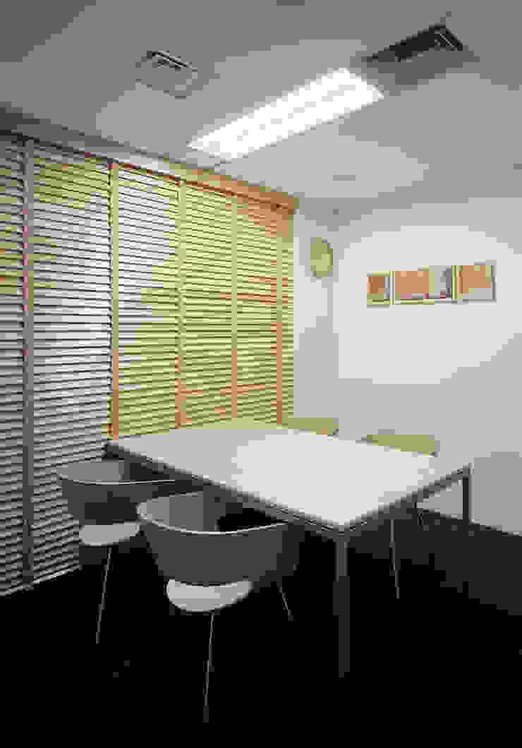 小会議室-1 オリジナルデザインの 書斎 の 松岡淳建築設計事務所 オリジナル