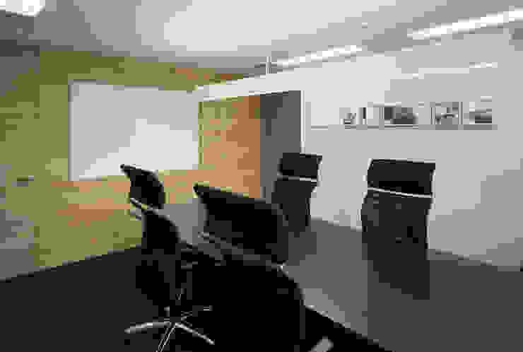 応接会議室: 松岡淳建築設計事務所が手掛けた書斎です。