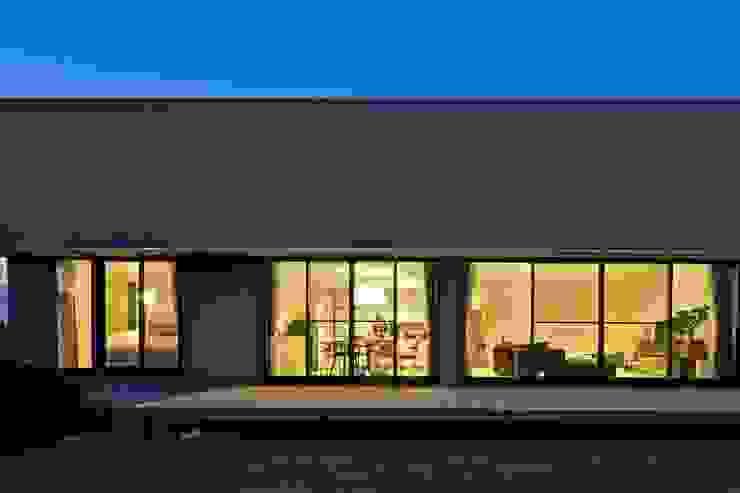 活動を育む器としての建築/木造トラス梁による大空間リビングルームのある3世帯住宅 JWA,Jun Watanabe & Associates モダンデザインの リビング 木 灰色