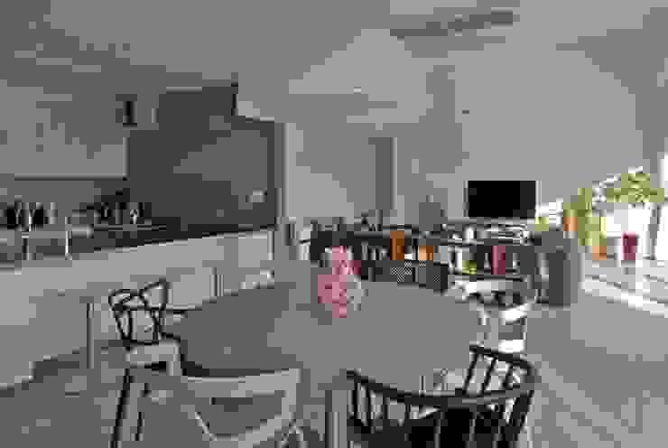 活動を育む器としての建築/木造トラス梁による大空間リビングルームのある3世帯住宅 JWA,Jun Watanabe & Associates システムキッチン 石 白色