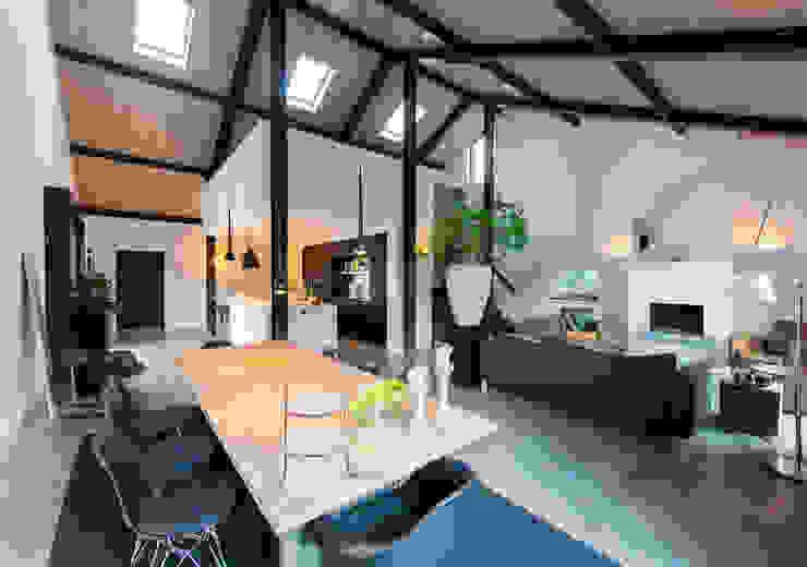 SCHUURWONING MET STAALCONSTRUCTIE EN ENTRESOL Moderne woonkamers van ID-Architectuur Modern