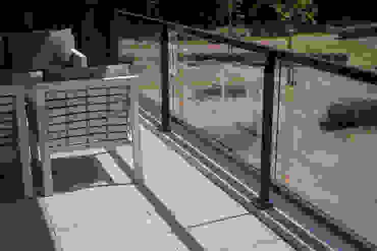 Luxe balkon in moderne stijl met keramische tegels: modern  door Exclusieve Dakterrassen, Modern Keramiek