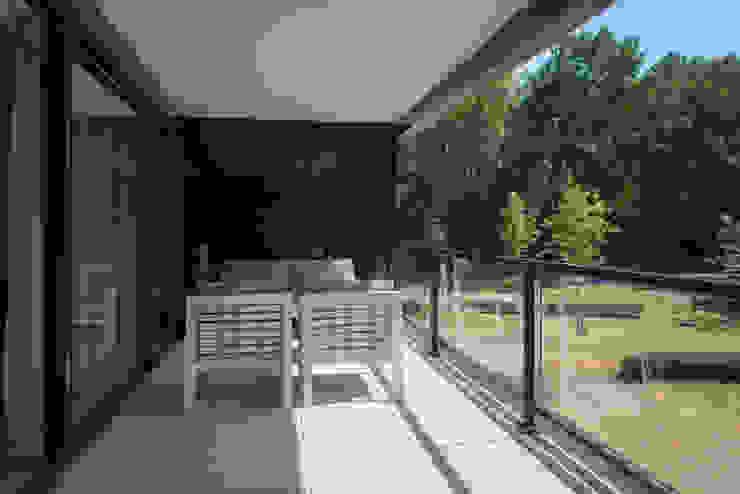 Exclusieve vloer van keramische tegels op balkon: modern  door Exclusieve Dakterrassen, Modern Keramiek