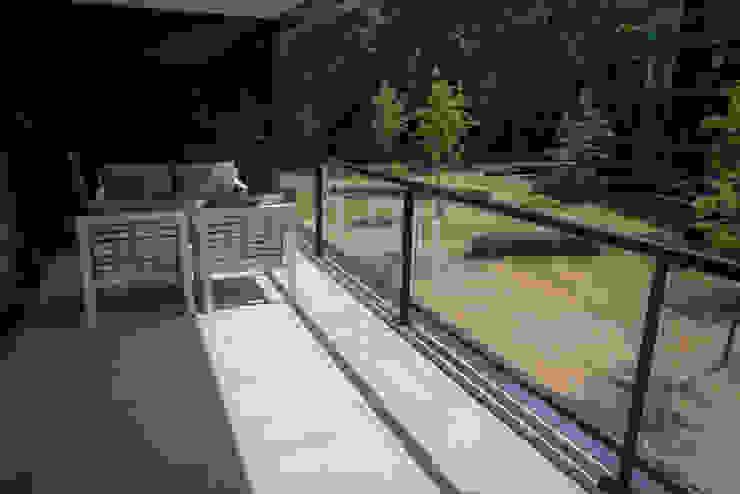Luxe balkon met moderne tegels: modern  door Exclusieve Dakterrassen, Modern Keramiek