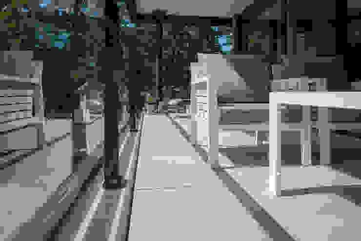 Modern ingericht balkon met luxe vloer: modern  door Exclusieve Dakterrassen, Modern Keramiek