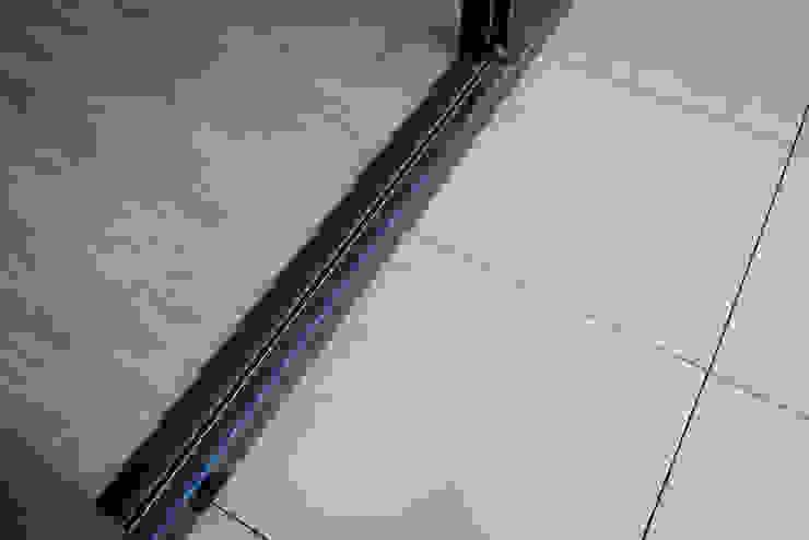 Balkonvloer van keramische tegels op tegeldragers: modern  door Exclusieve Dakterrassen, Modern Keramiek