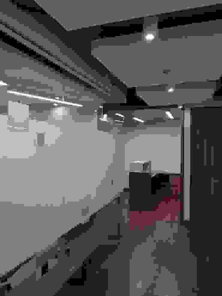 OFICINA ABOGADOS Estudios y despachos de estilo moderno de Studio17 Moderno
