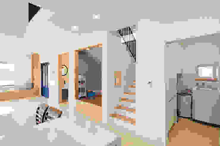 주방옆 다용도실과 2층으로 올라가는 계단 by 위드하임 모던