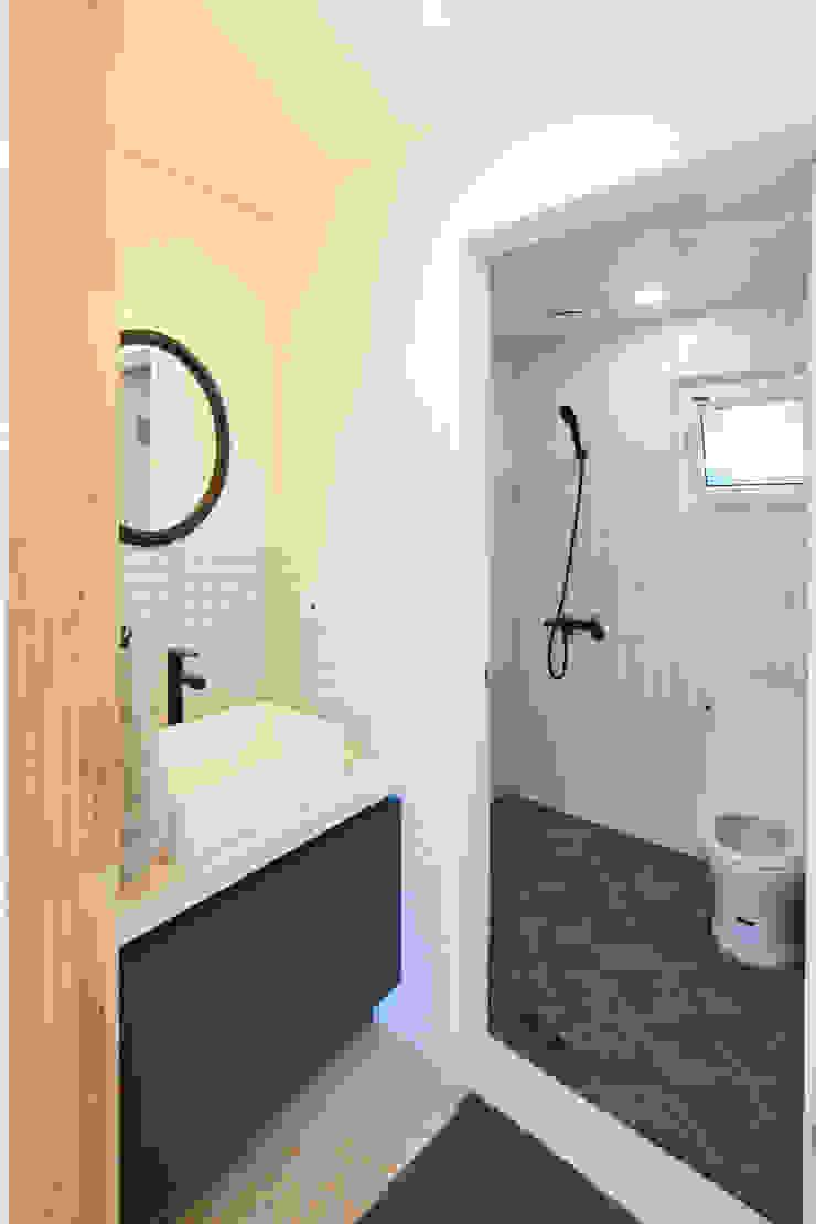 1층 세면대와 욕실 모던스타일 욕실 by 위드하임 모던